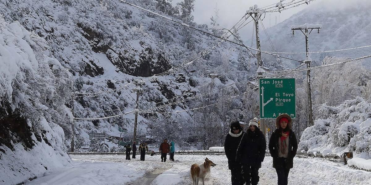 Más de 71 mil clientes siguen sin suministro eléctrico tras paso de sistema frontal en la R. Metropolitana