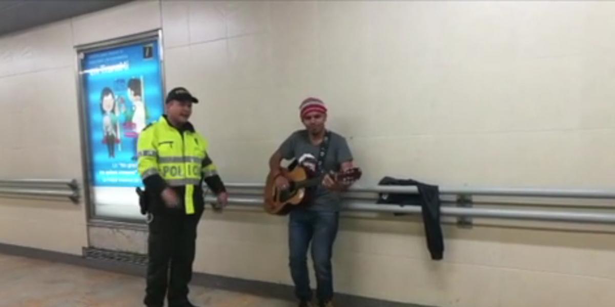 ¡Increíble! Este fue el concierto que protagonizaron un policía y un cantante en el túnel de la estación Universidades