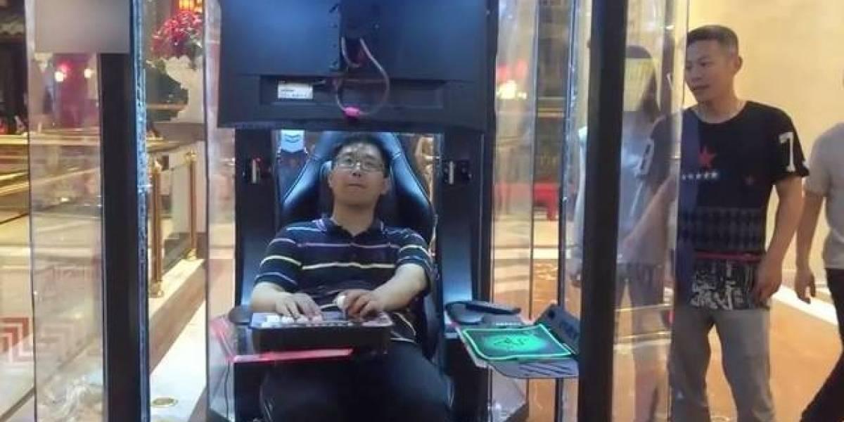 China: Centro comercial implementa cabinas de descanso mientras la pareja va de compras