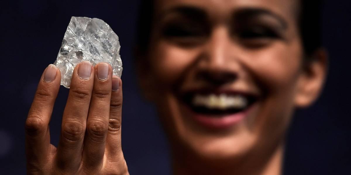 Diamante bruto do tamanho de bola de tênis é muito grande para ser vendido