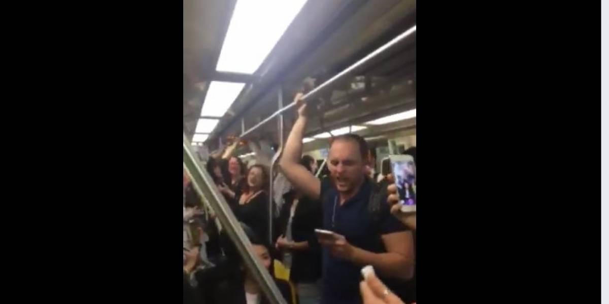 Mulher canta Evidências no Metrô e passageiros acompanham a cantoria