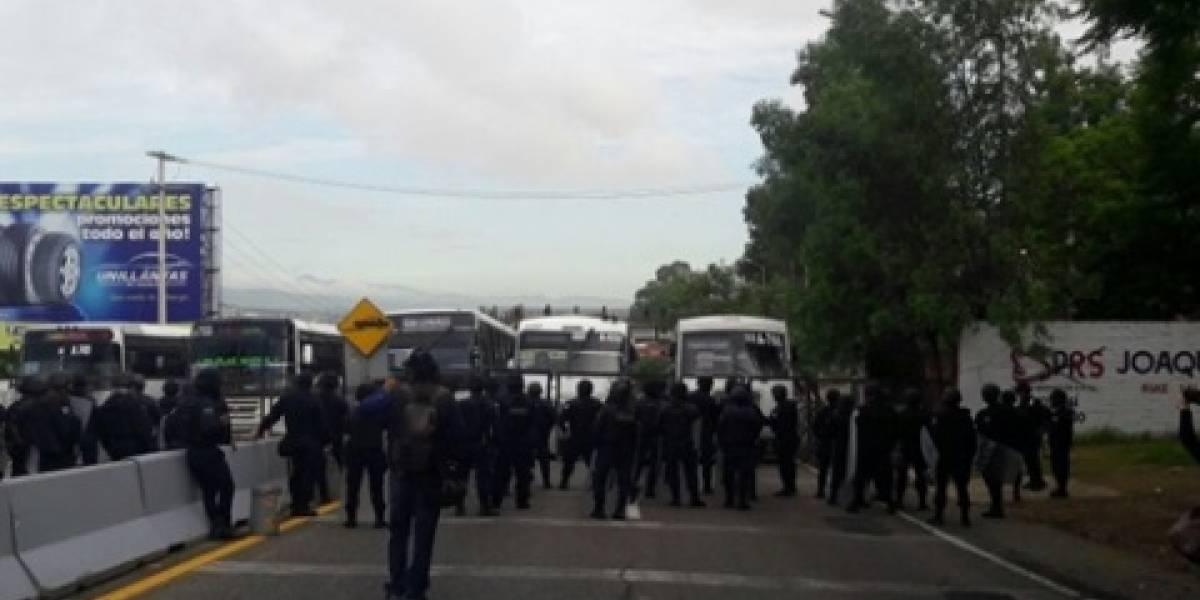 Maestros de la CNTE pretenden ingresar al auditorio de la Guelaguetza