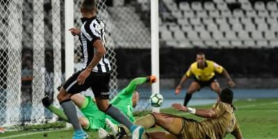 Botafogo vence o Sport e entra no G-6 do Brasileirão