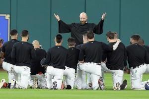 Astros hacen funeral para el guante de Carlos Beltrán