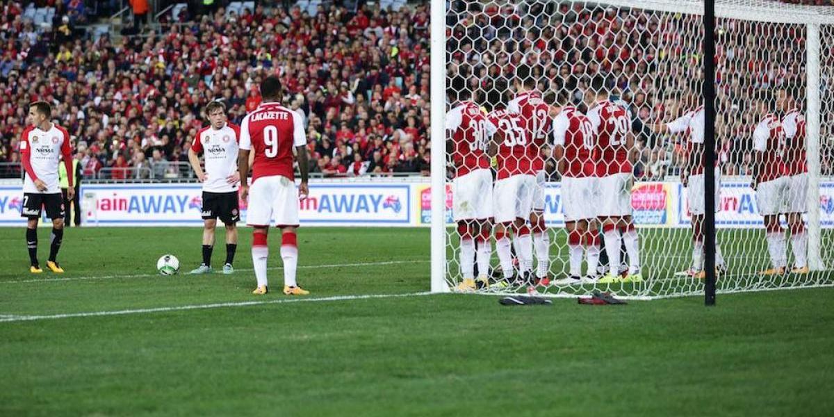 VIDEO: Arsenal coloca barrera de ¡11 hombres! en amistoso