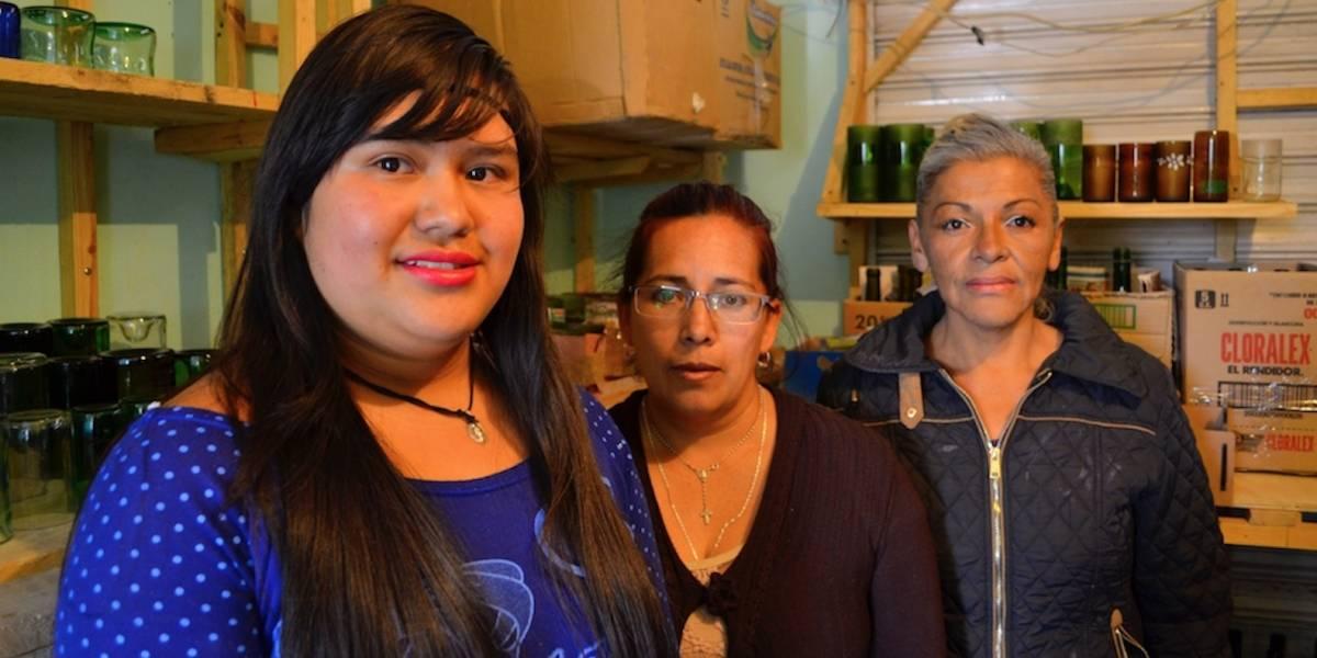 Cooperativas femeninas transforman botellas de vidrio en artesanías