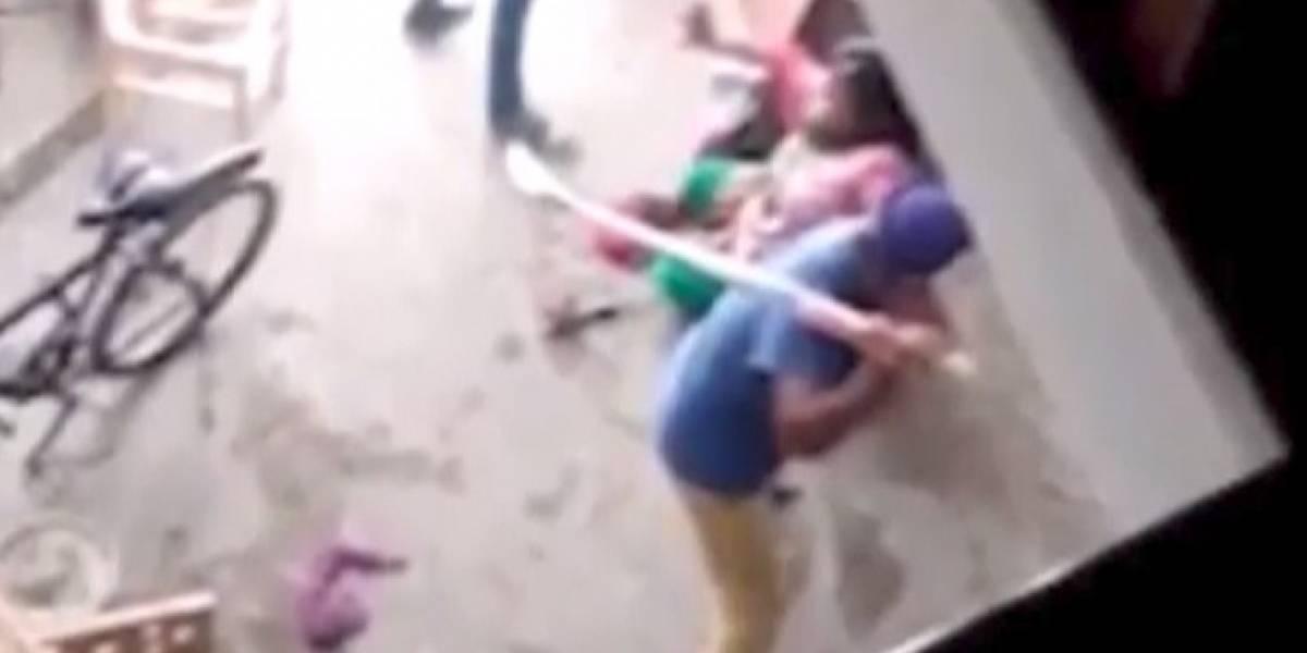 Fuertes imágenes. Golpean a una mujer por dar a luz a una niña en la India