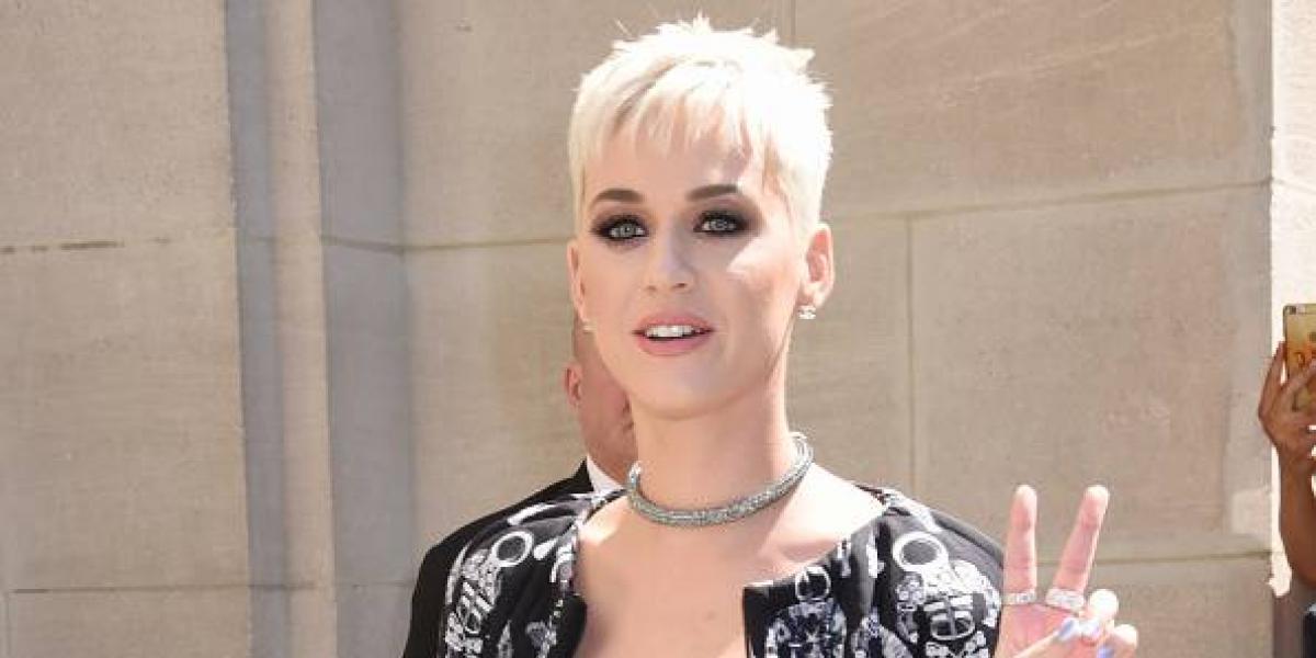 "La incómoda foto de Katy Perry ""ajustando"" la parte de abajo del bikini"