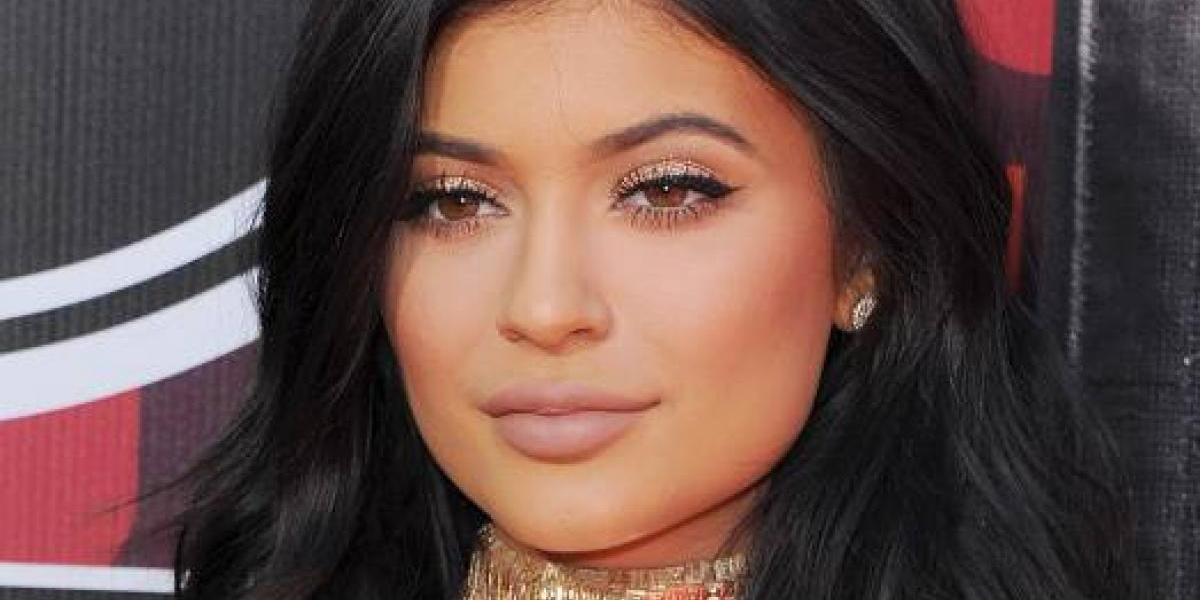 Kylie Jenner posa muy sensual y muestra sus atributos en una revista para caballeros