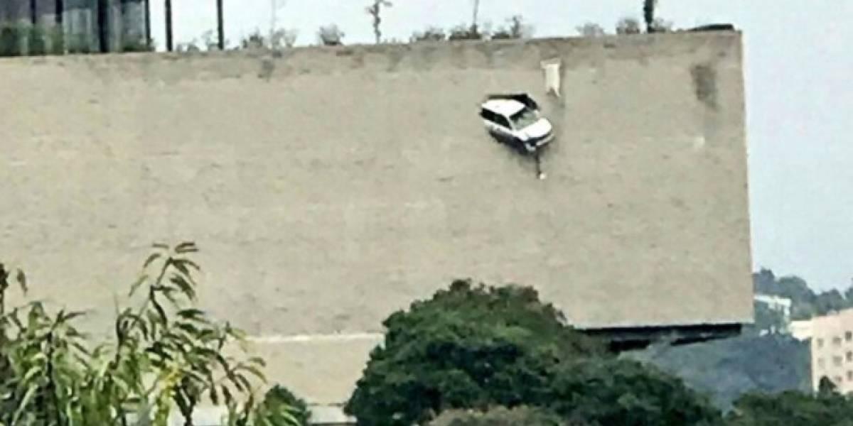 Camioneta sin frenos casi se sale por pared de estacionamiento