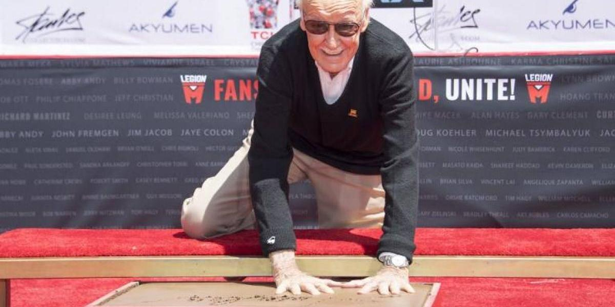 """Stan Lee, creador del """"Hombre Araña"""", plasma sus huellas en Hollywood"""