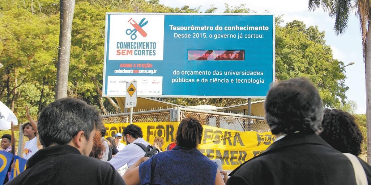 Painel instalado na UFMG retrata cortes na educação
