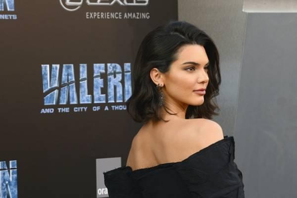 La hermana de Kim Kardashian genera polémica por andar sin brasier