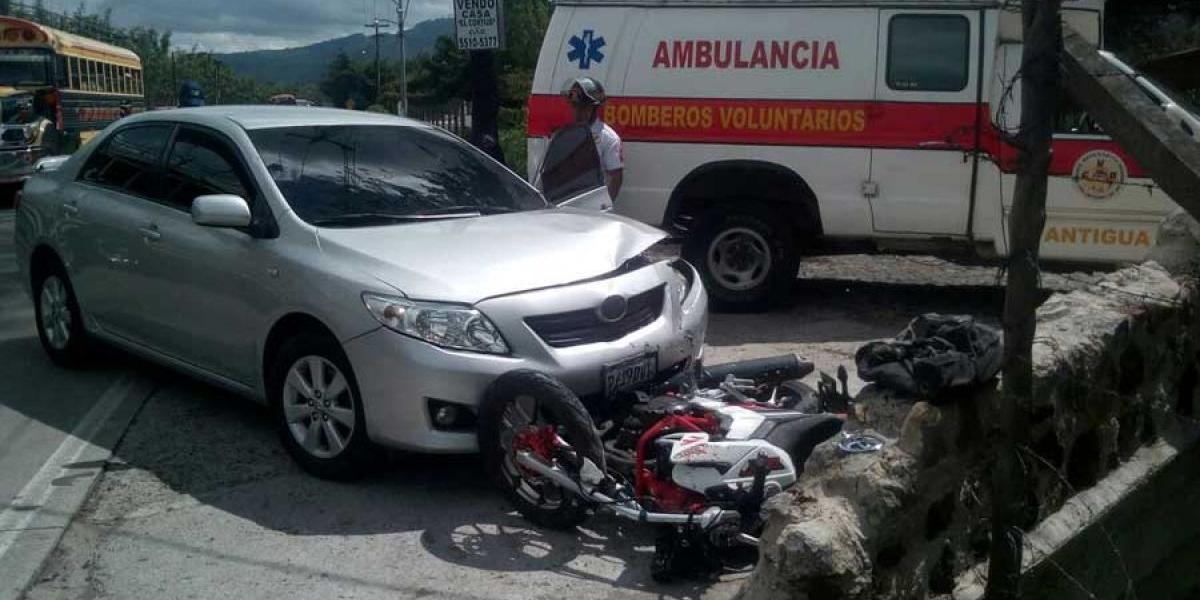 VIDEO. Jóvenes que viajaban en moto sobreviven a impactante accidente en Sacatepéquez
