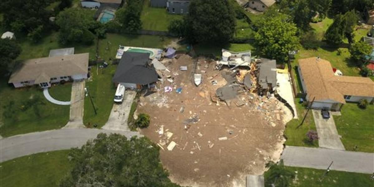 Cada vez más grande el socavón que se tragó dos viviendas en Florida