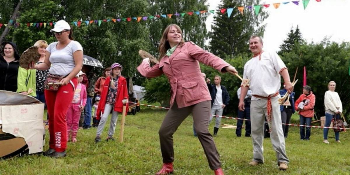 Así se celebra el concurso de lanzarse estiércol en Rusia