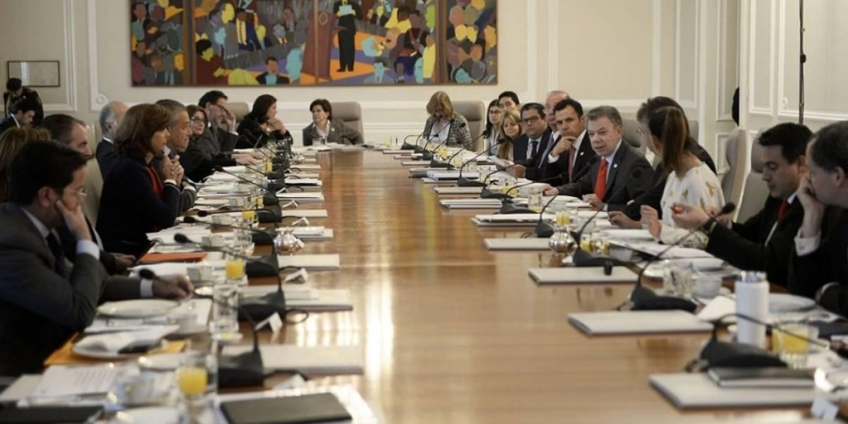 Ministros presentan su renuncia protocolaria al presidente Santos
