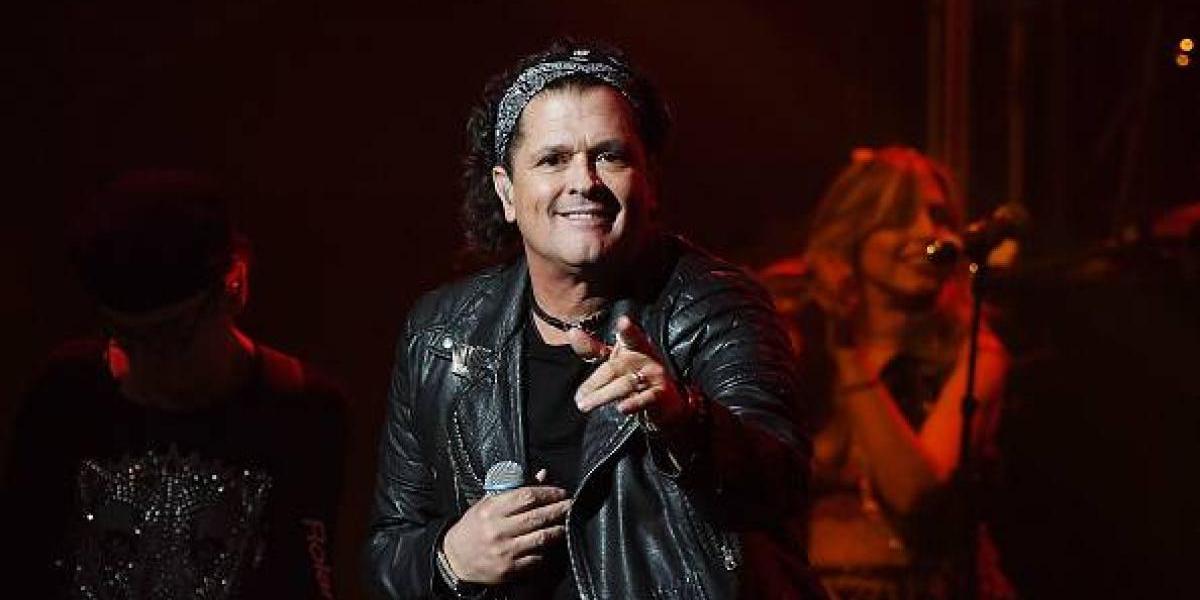 Así reaccionó Carlos Vives ante el apasionado beso que le dio una fan en pleno concierto