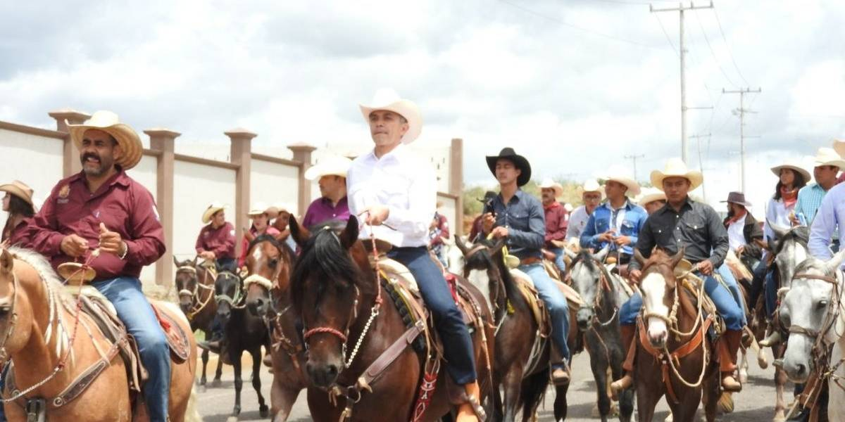 En caballo, Mancera encabeza la Cabalgata Villista en Parral, Chihuahua