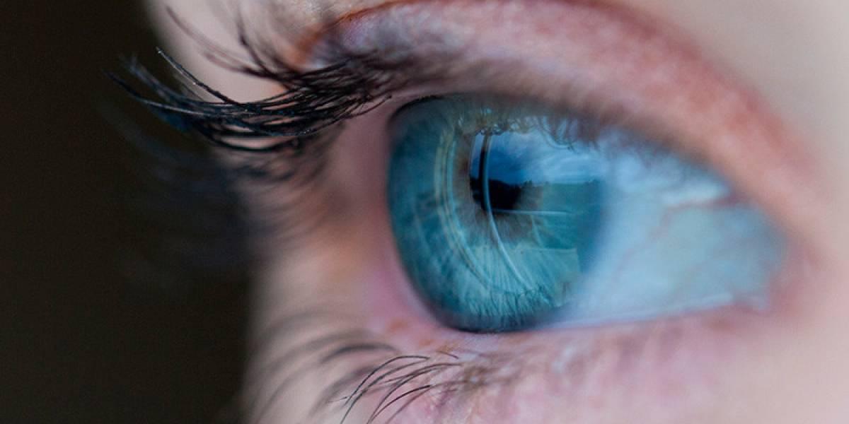 Iba a ser operada de cataratas, pero los doctores encontraron algo insólito en su ojo