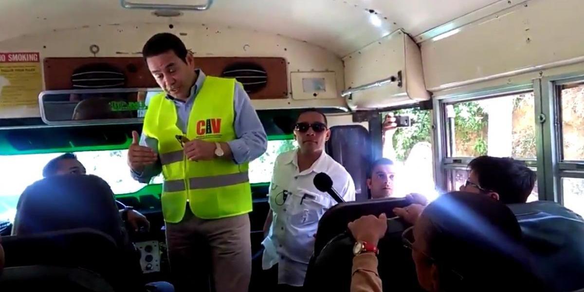 VIDEO. Presidente sube a autobús y explica a usuarios cómo trabajan en ruta de Bárcenas