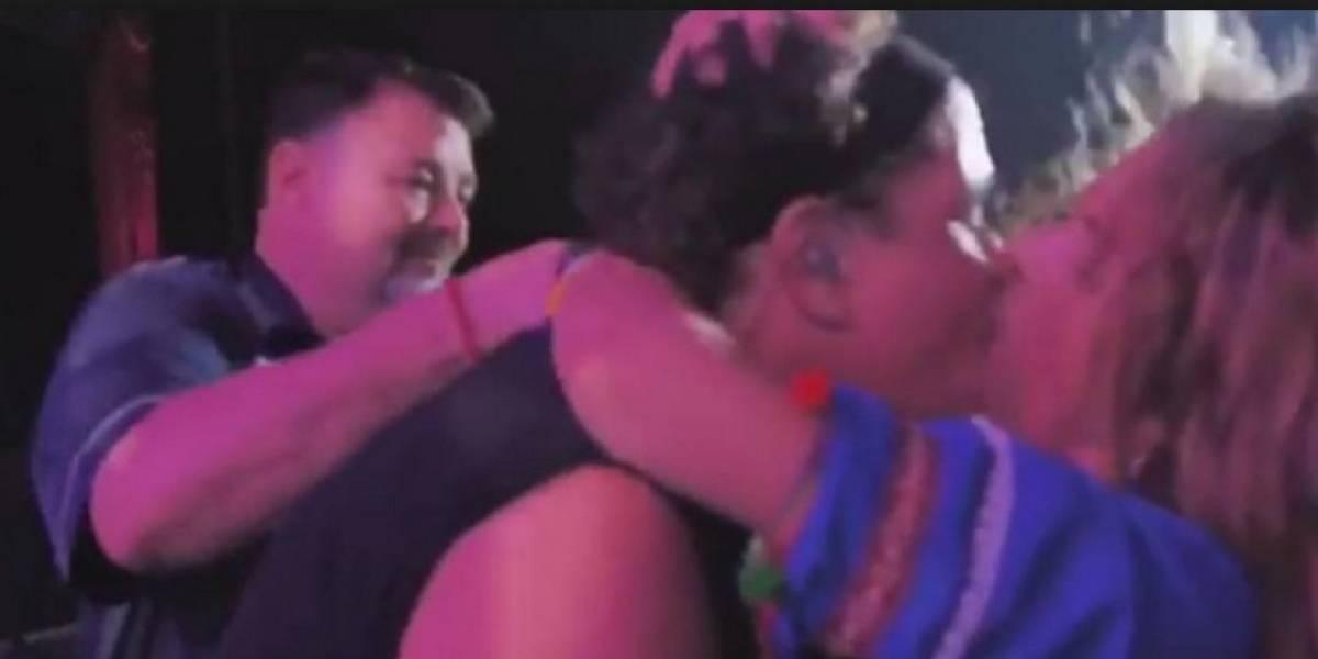 Ella es la mujer que le robó un beso a Carlos Vives