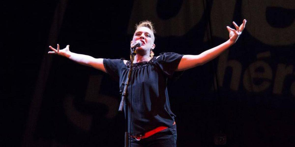 Cantante francesa muere en pleno escenario cuando daba un concierto