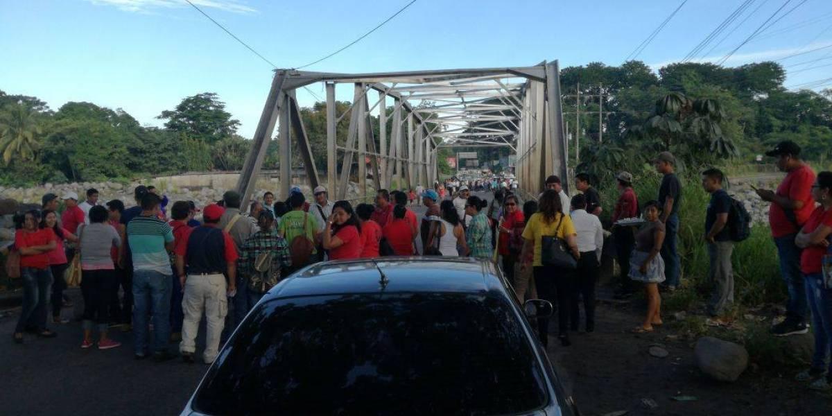 Salubristas realizan bloqueos en diferentes puntos del país