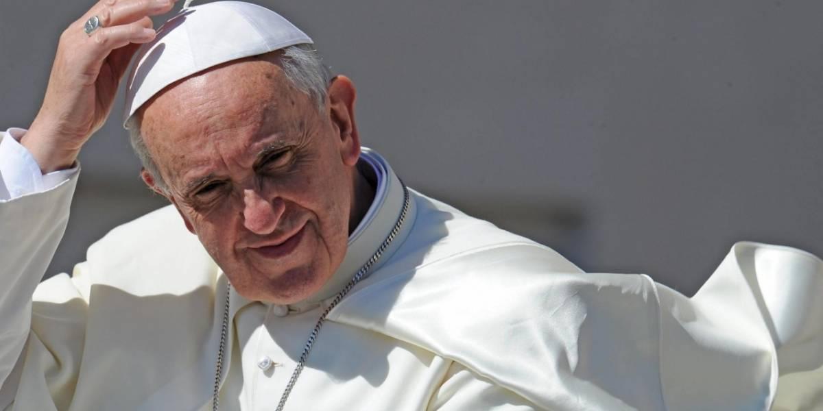 Mujeres colombianas decoran el vestido que llevará el Papa Francisco en Cartagena