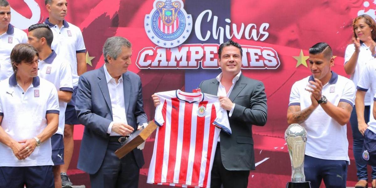 Gobernador de Jalisco recibe a Chivas y le prometen la 13
