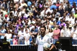 Dani Ceballos posa con la camiseta del Real Madrid