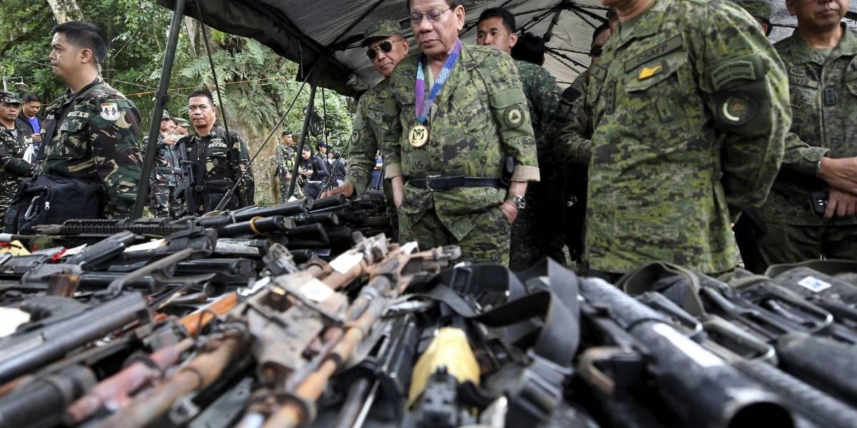 Duterte vuela a ciudad asediada y advierte de ataques
