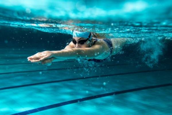 Ejercicios en la piscina para bajar de peso