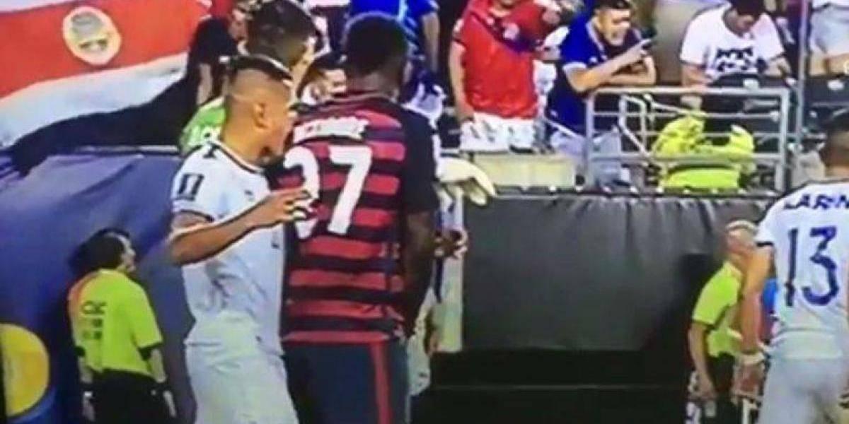 Le dan con todo a jugador salvadoreño por mordida en Copa Oro