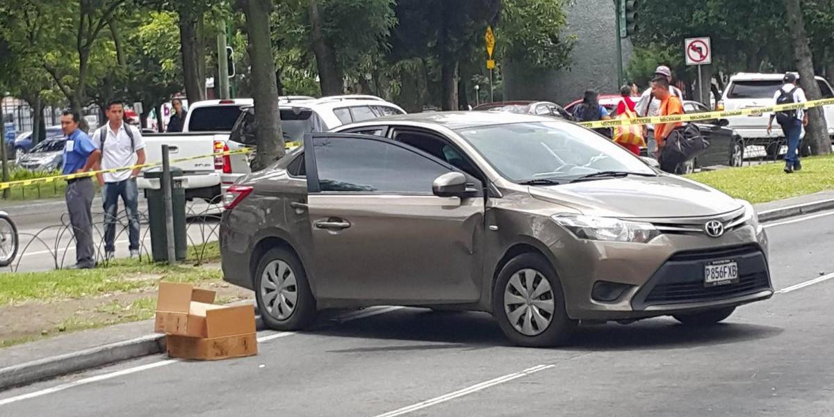 Conductor de vehículo es atacado a balazos en la zona 10