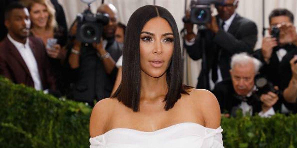 Kim Kardashian es captada enseñando sus senos sin sostén y médico señala que no se los operó