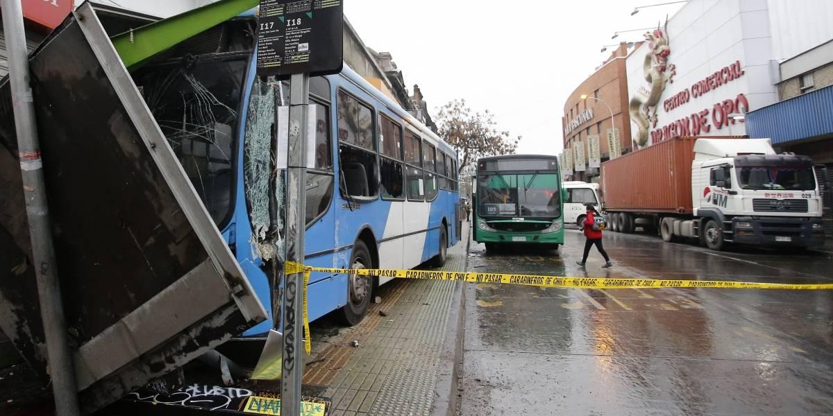 Choque múltiple en centro de Santiago debido a pavimento resbaladizo por llovizna