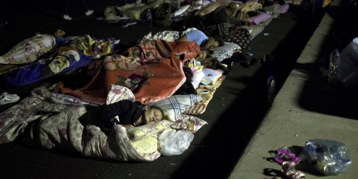 Cientos de personas duermen al aire libre tras terremoto en Grecia