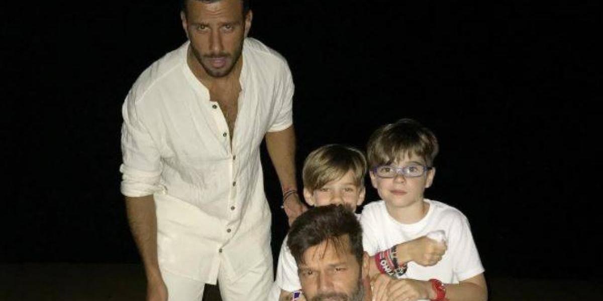 Gemelos de Ricky Martin son locuras con el prometido de su padre