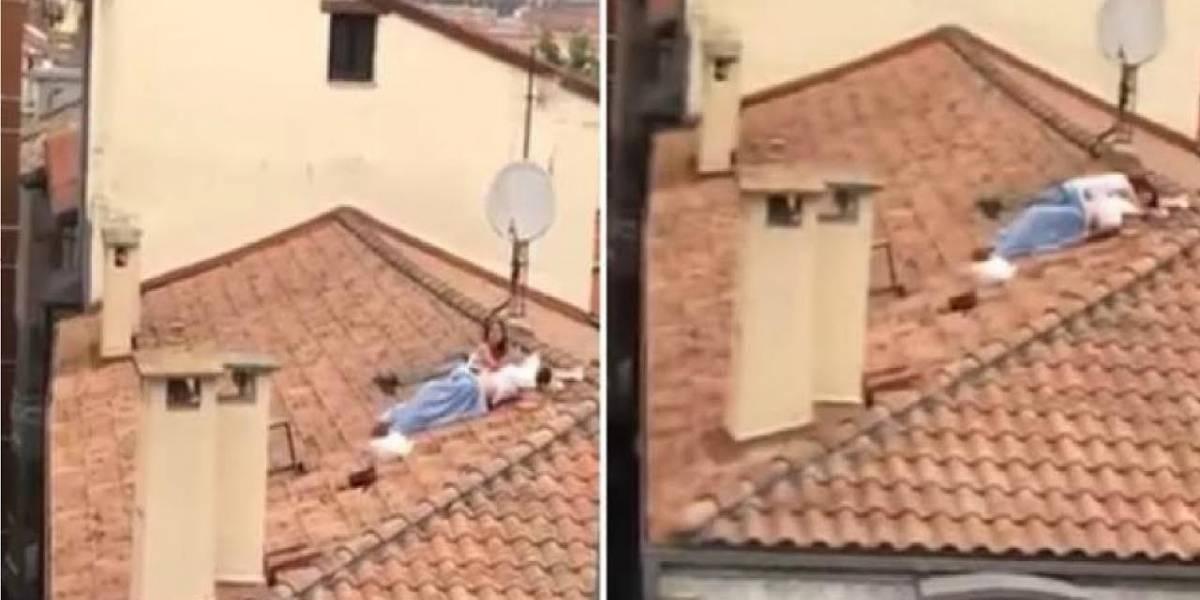 Graban a una pareja teniendo relaciones sexuales sobre un tejado