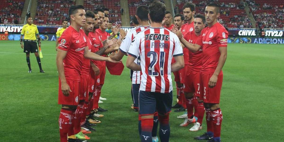 Toluca realiza el pasillo al campeón Chivas