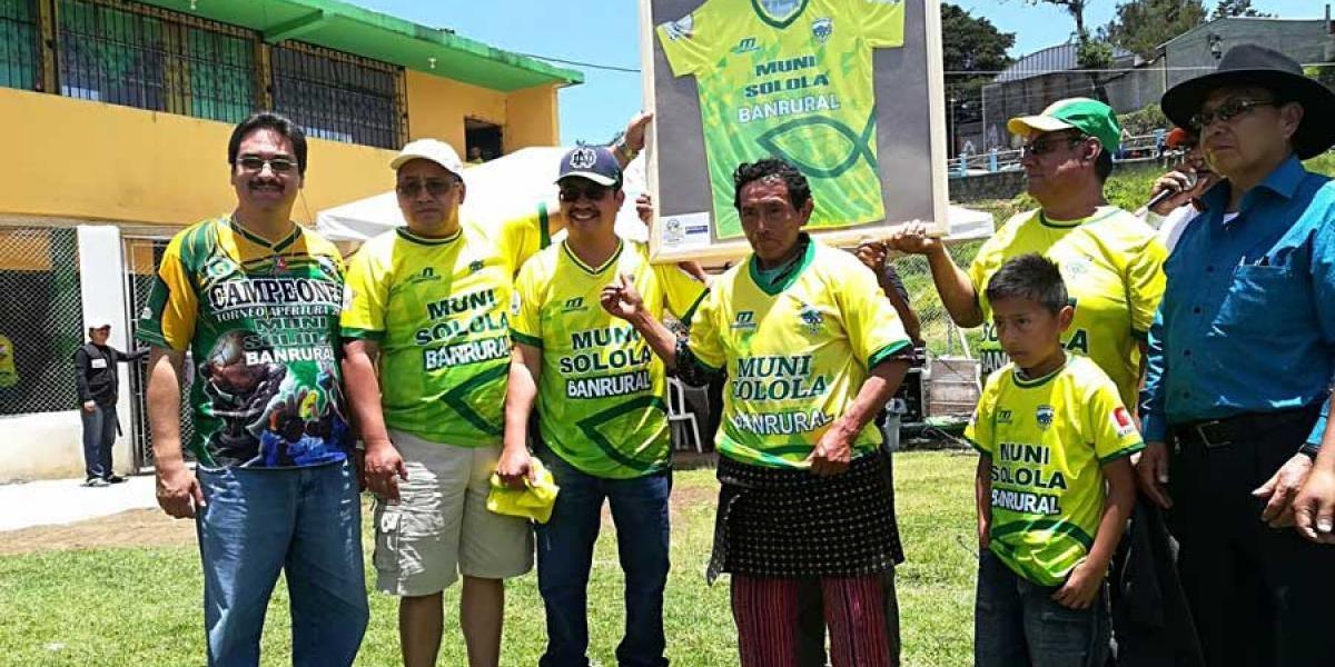 Reconocen a fieles aficionados de Sololá con camisolas y como socios honorarios