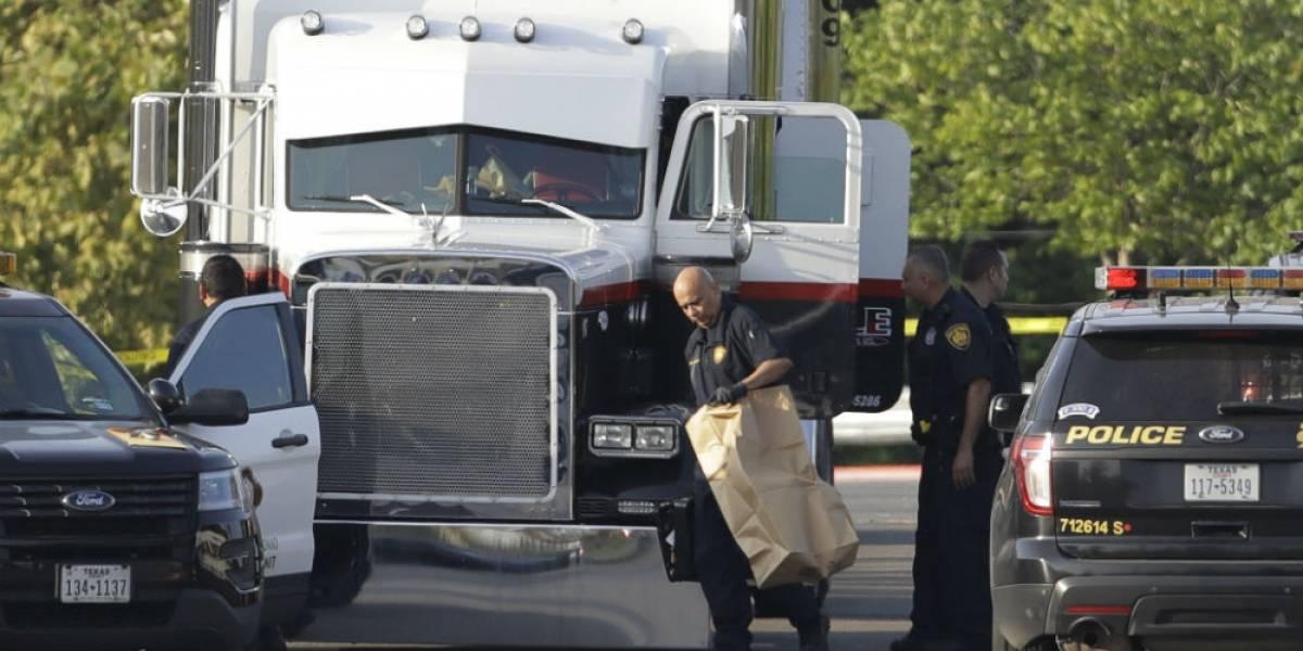 Hallan 8 migrantes muertos dentro de camión en Texas