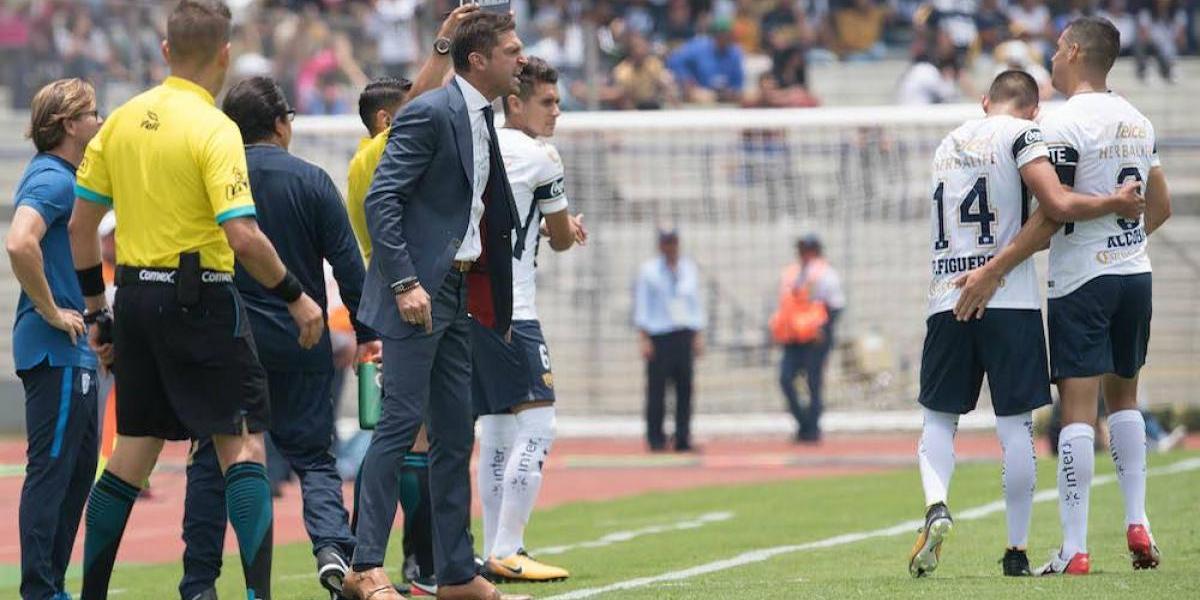 Francisco Palencia y Diego Alonso se dicen de todo durante el Pumas vs Pachuca