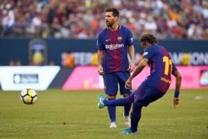 Neymar ejecuta un tiro libre ante la mirada de Messi