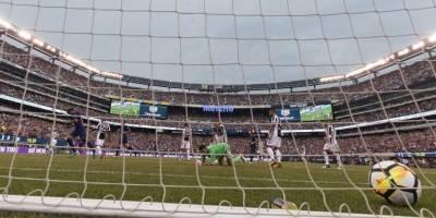 El balón queda al fondo ante la mirada de Buffon