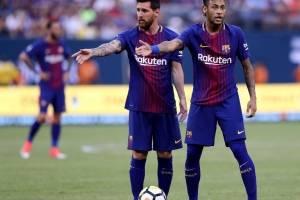 Neymar y Messi antes de un tiro libre