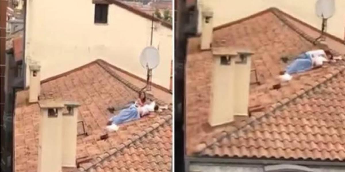 Pareja es captada teniendo relaciones sexuales en un techo