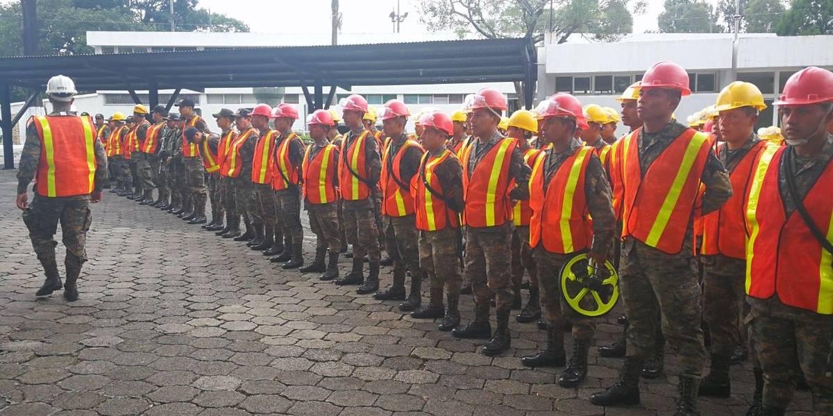 Soldados se movilizan a la peor carretera para realizar los primeros bacheos