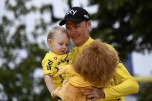 Froome junto a su hijo tras coronarse campeón